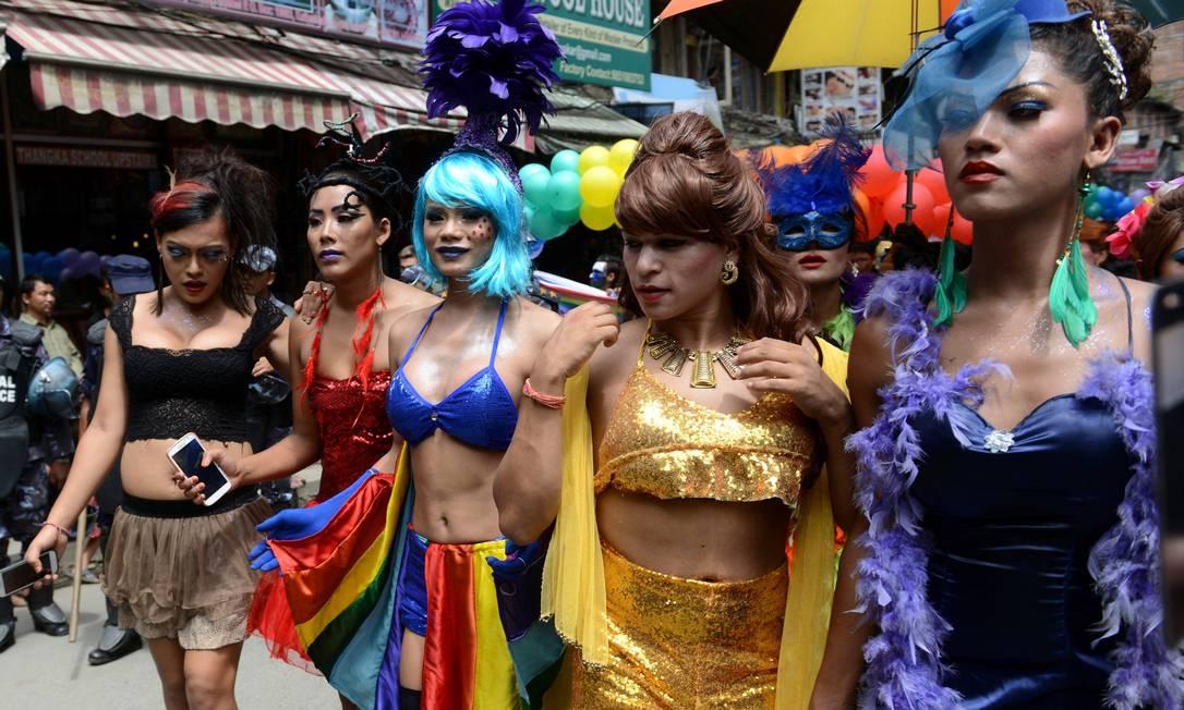 Centenas de lésbicas, gays, bissexuais e travestis desfilaram pela capital do Nepal para exigir que os direitos das minorias sexuais sejam incluídos na nova Constituição do país, que está sendo finalizada PRAKASH MATHEMA / AFP