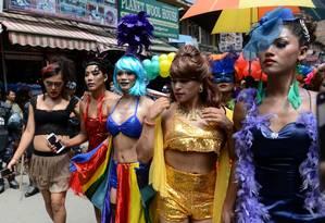 Centenas de lésbicas, gays, bissexuais e travestis desfilaram pela capital do Nepal para exigir que os direitos das minorias sexuais fossem incluídos na nova Constituição do país, que está sendo finalizada Foto: PRAKASH MATHEMA / AFP