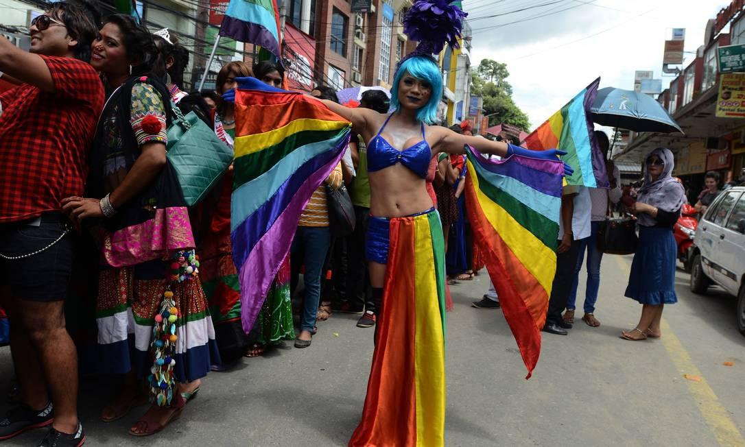 Participante usou as cores da bandeira LGBT em sua roupa PRAKASH MATHEMA / AFP