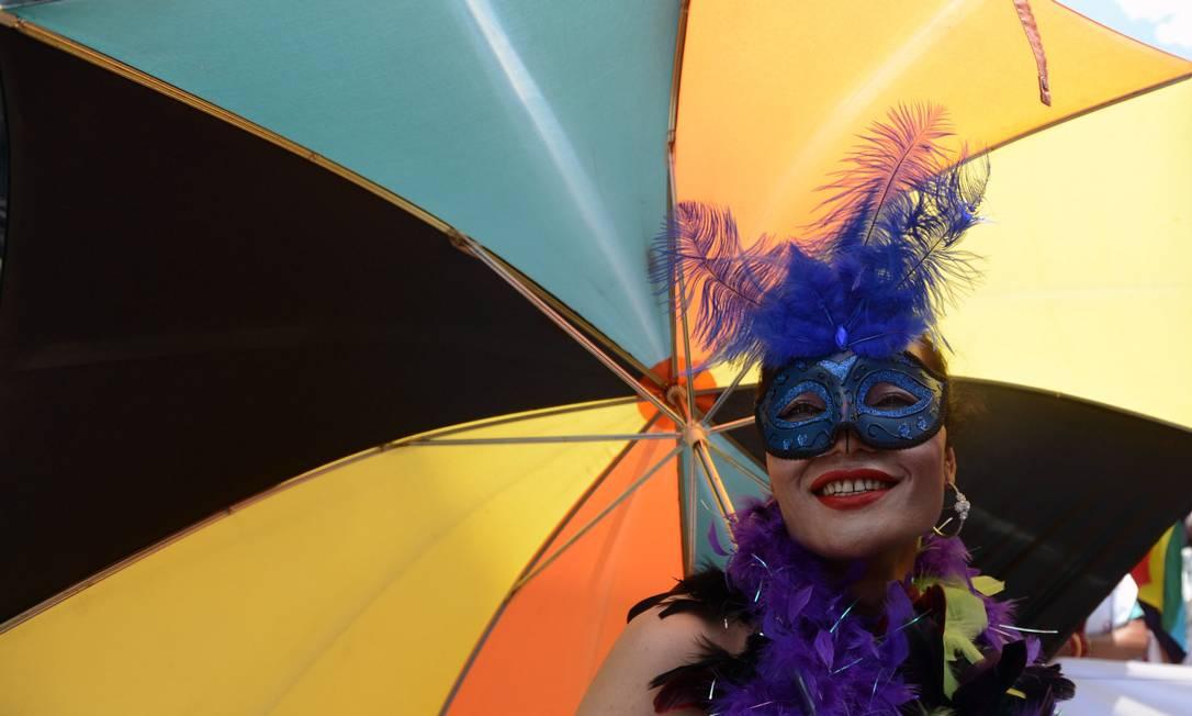Já esta participante investiu numa colorida sombrinha PRAKASH MATHEMA / AFP