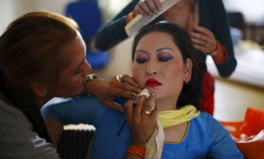 Participante prepara maquiagem antes do desfile NAVESH CHITRAKAR / REUTERS