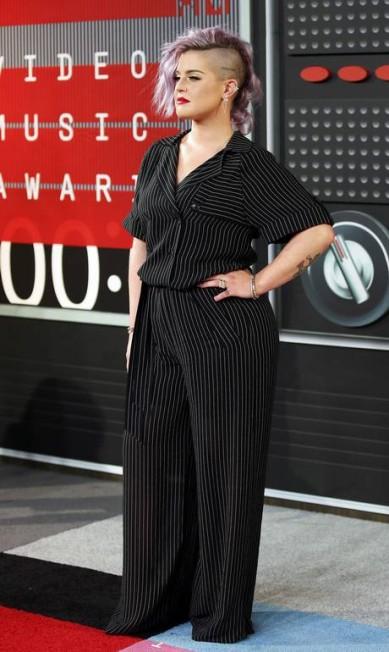 Kelly Osbourne veio despojada, com um macacão risca de giz DANNY MOLOSHOK / REUTERS