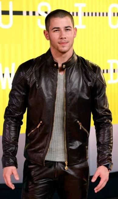 Nick Jonas veio com calça e jaqueta de couro Frazer Harrison / AFP