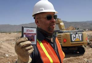 Zak Penn, diretor do documentário 'Atari: Game Over' segura uma cópia do jogo 'E.T. O Extretarrestre' encontrada no aterro em Alamogordo, no Novo México Foto: AP/Juan Carlos Llorca