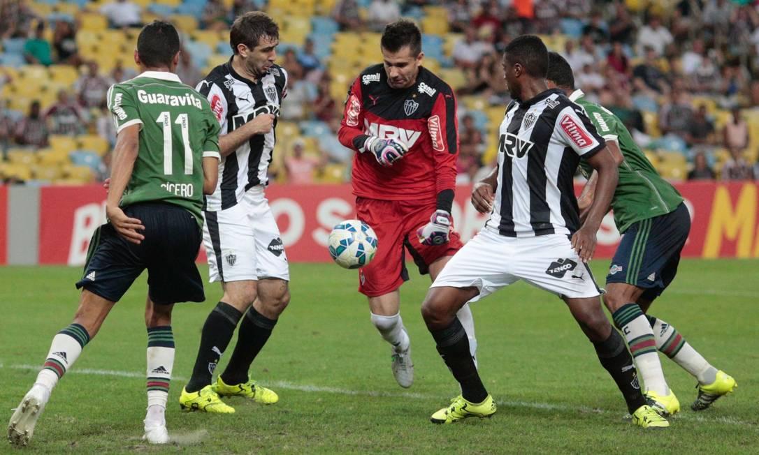 Confusão na área do Galo, mas o Fluminense não soube aproveitar Pedro Kirilos / Agência O Globo