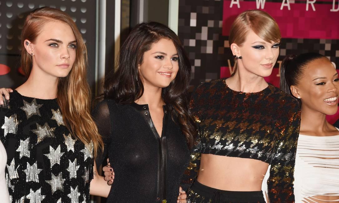 A top Cara Delevingne, Selena Gomez, Taylor Swift e a modelo Serayah Jason Merritt / AFP