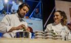Vamos praticar #cozinhaterapia? com Rafael Cardoso Foto: Adriana Lorete / O Globo