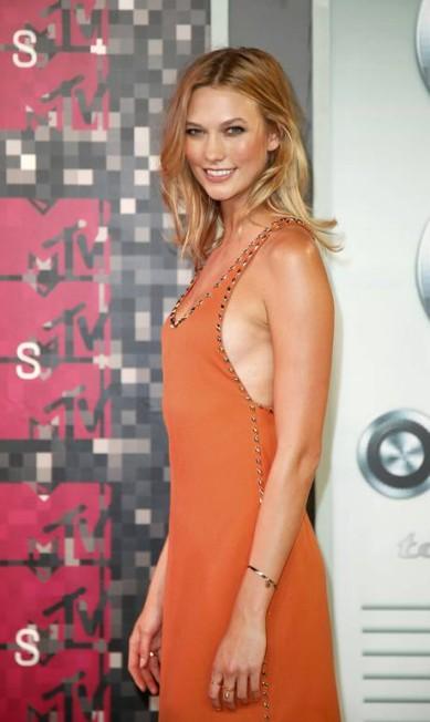 A top Karlie Kloss optou por um vestido simples e elegante MARIO ANZUONI / REUTERS