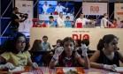 Oficina infantil entre crepes e galetes com o chef Olivier Cozan e família Foto: Adriana Lorete / O Globo