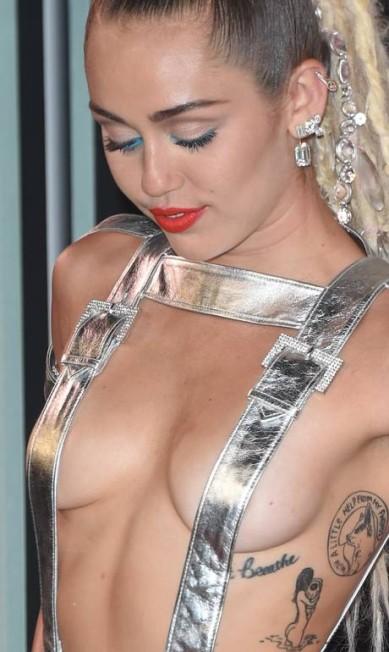 Zoom no look de Miley MARK RALSTON / AFP