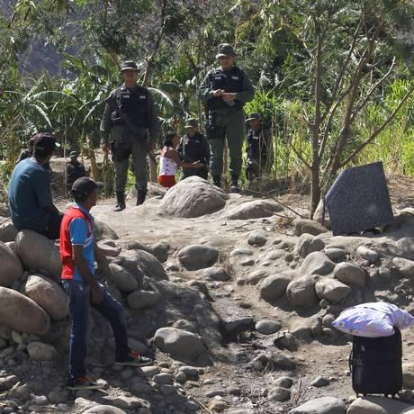 Saída em massa. Colombianos deportados pela Venezuela esperam para cruzar a fronteira no estado de Táchira: estima-se que mais de 7 mil cidadãos tenham retornado ao país Foto: SCHNEYDER MENDOZA / AFP