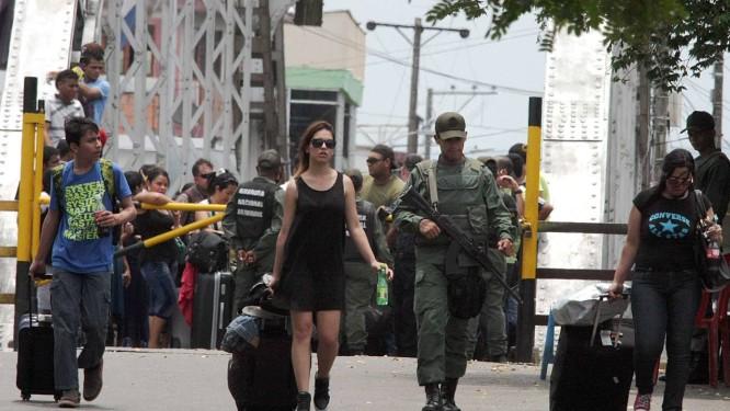 Colombianos deportados levam seus pertences Foto: George CASTELLANOS / AFP