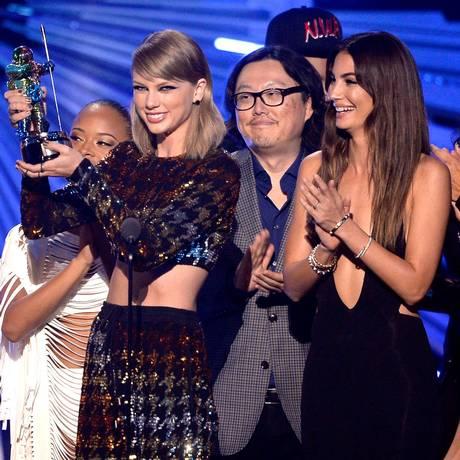 Taylor Swift recebe o prêmio de vídeo do ano com as amigas Gigi Hadid, Serayah e Lily Aldridge e o diretor de 'Bad blood', Joseph Kahn Foto: KEVORK DJANSEZIAN / AFP