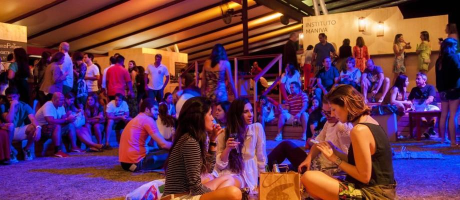 Cariocas aproveitaram o dia entre as atrações do evento, com direito ao cenário privilegiado do Jockey e a bebidas a preços camaradas Foto: Adriana Lorete / O Globo