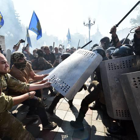 Manifestantes e policiais se enfrentam em frente ao Parlamento em Kiev Foto: SERGEI SUPINSKY / AFP