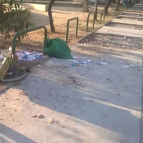A calçada da praça inacabada e com lixo Foto: Leitor Leandro de Carvalho / Eu-Repórter