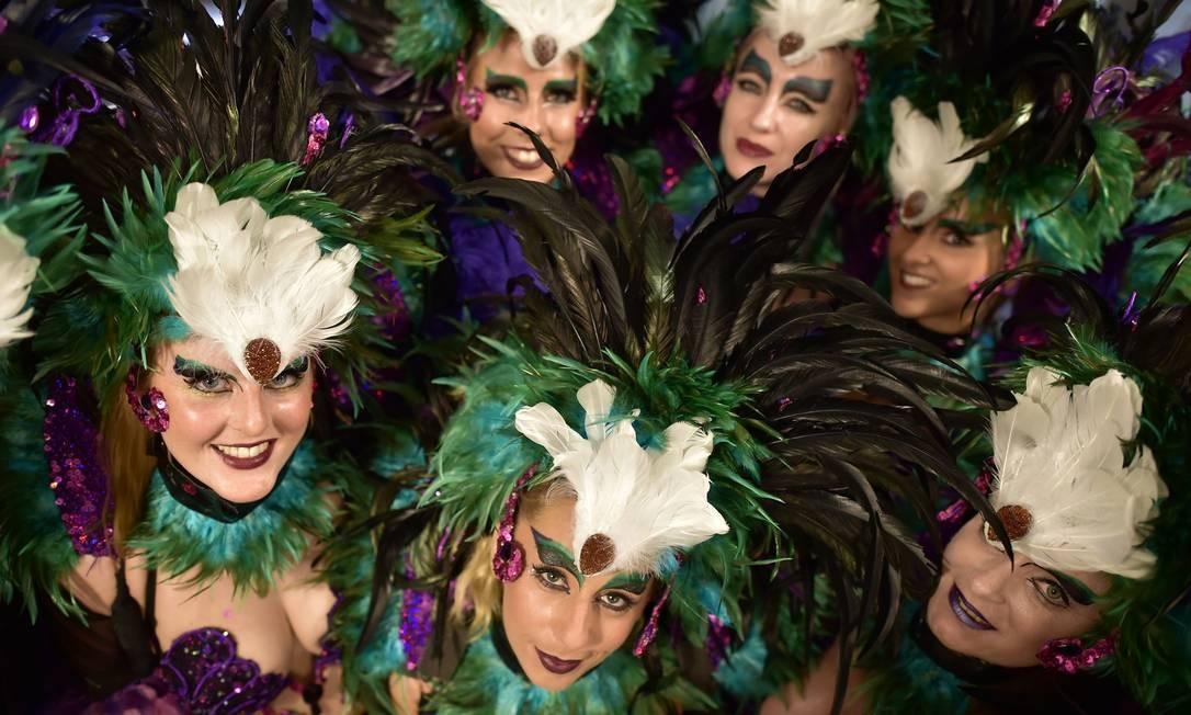 Passistas da The London School of Samba se preparam para o segundo dia de desfile do Carnaval de Notting Hill , zona oeste de Londres. Cerca de um milhão de pessoas são esperadas nos dois dias de evento pelas ruas do bairro. O evento existe desde 1960 e é considerado a maior manifestação popular de rua da Europa LEON NEAL / AFP