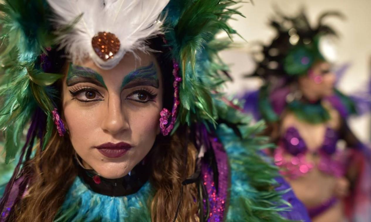 Passistas da The London School of Samba se preparam para o segundo dia de desfile do Carnaval de Notting Hill , zona oeste de Londres. O evento existe desde 1960 e é considerado a maior manifestação popular de rua da Europa, e celebra a influencia da imigraçao caribenha na região que hoje é uma das mais valorizadas para habitação Foto: LEON NEAL / AFP