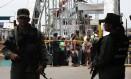 Cidadãos colombianos deportados pela Venezuela esperam para cruzar a fronteira em La Fria, no estado de Táchira Foto: George CASTELLANOS / AFP