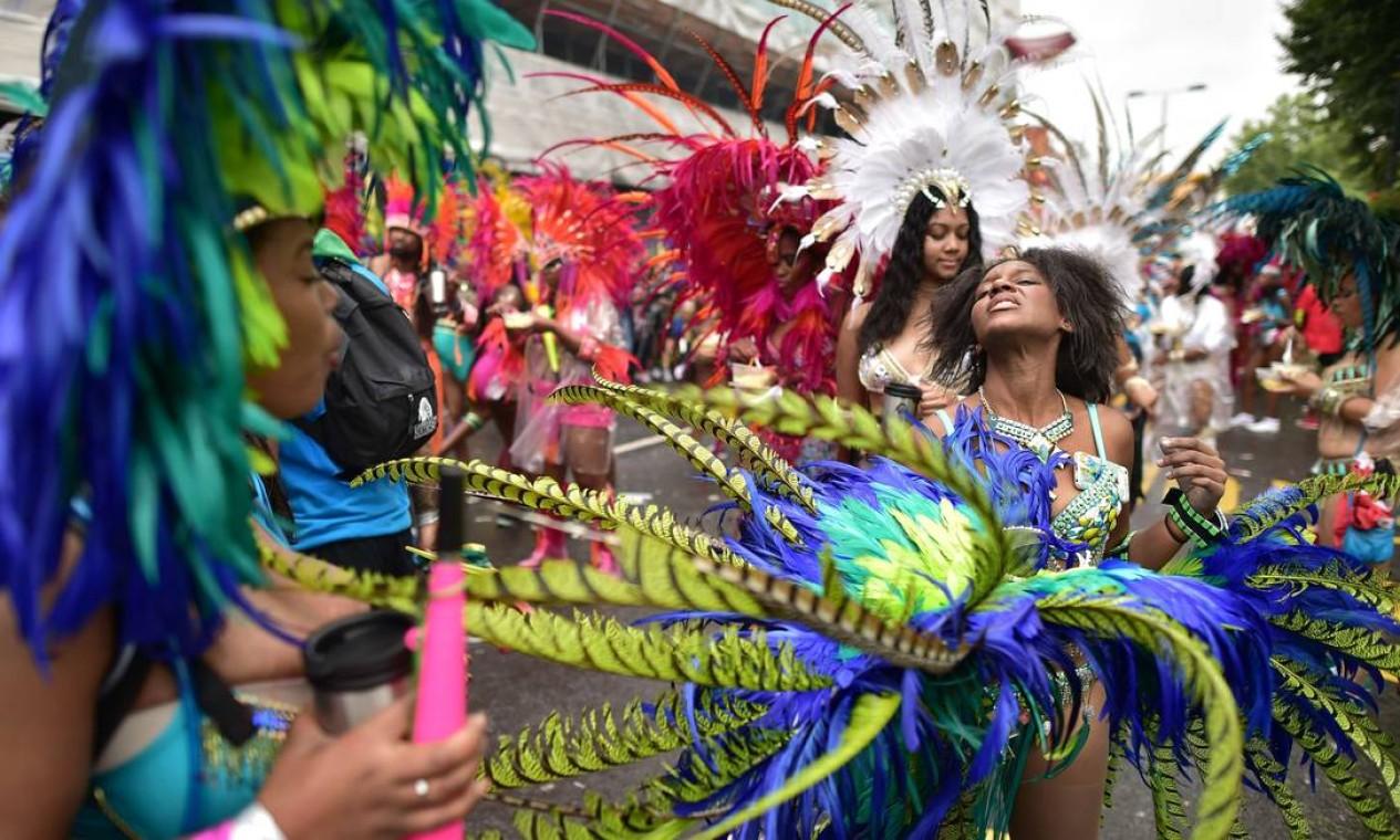 Passistas no segundo dia de desfile do Carnaval de Notting Hill, zona oeste de Londres. O evento existe desde 1960 e é considerado a maior manifestação popular de rua da Europa, e celebra a influencia da imigraçao caribenha na região Foto: LEON NEAL / AFP