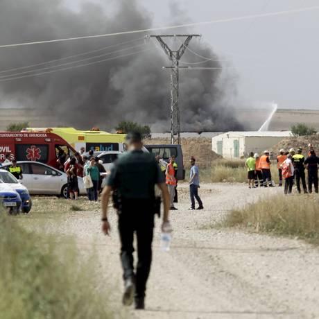 Coluna de fumaça sobe ao céu após explosão em empresa de pirotecnia em Zaragoza Foto: LUIS CORREAS / REUTERS