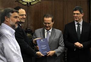 Ministros da Fazenda e do Planejamento entregam Plano de Orçamento 2016 para o presidente do Senado (no centro) Foto: Jorge William / Agência O Globo