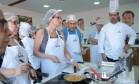O chef Frédéric de Maeyer e Emanuella Braga deram o passo a passo de duas versões da cartola Foto: Cecilia Acioli / O Globo
