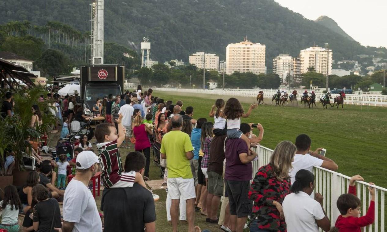O público aproveitou para acompanhar às corridas na pista do Jockey Foto: Adriana Lorete / O Globo