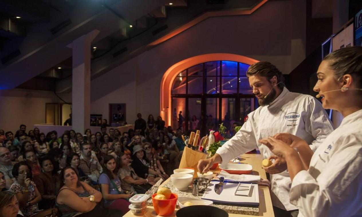 O ator Rafael Cardoso e a chef Marcela Garcia prepararam receitas simples para incentivar a 'cozinha terapia' Foto: Adriana Lorete / O Globo