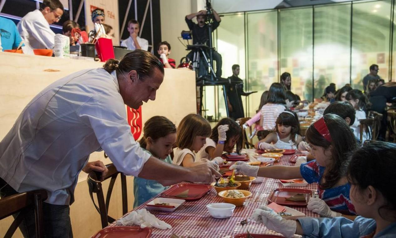 Acompanhado de sua família, o chef Olivier Cozan ensinou crianças receitas de crepes e galettes Foto: Adriana Lorete / O Globo