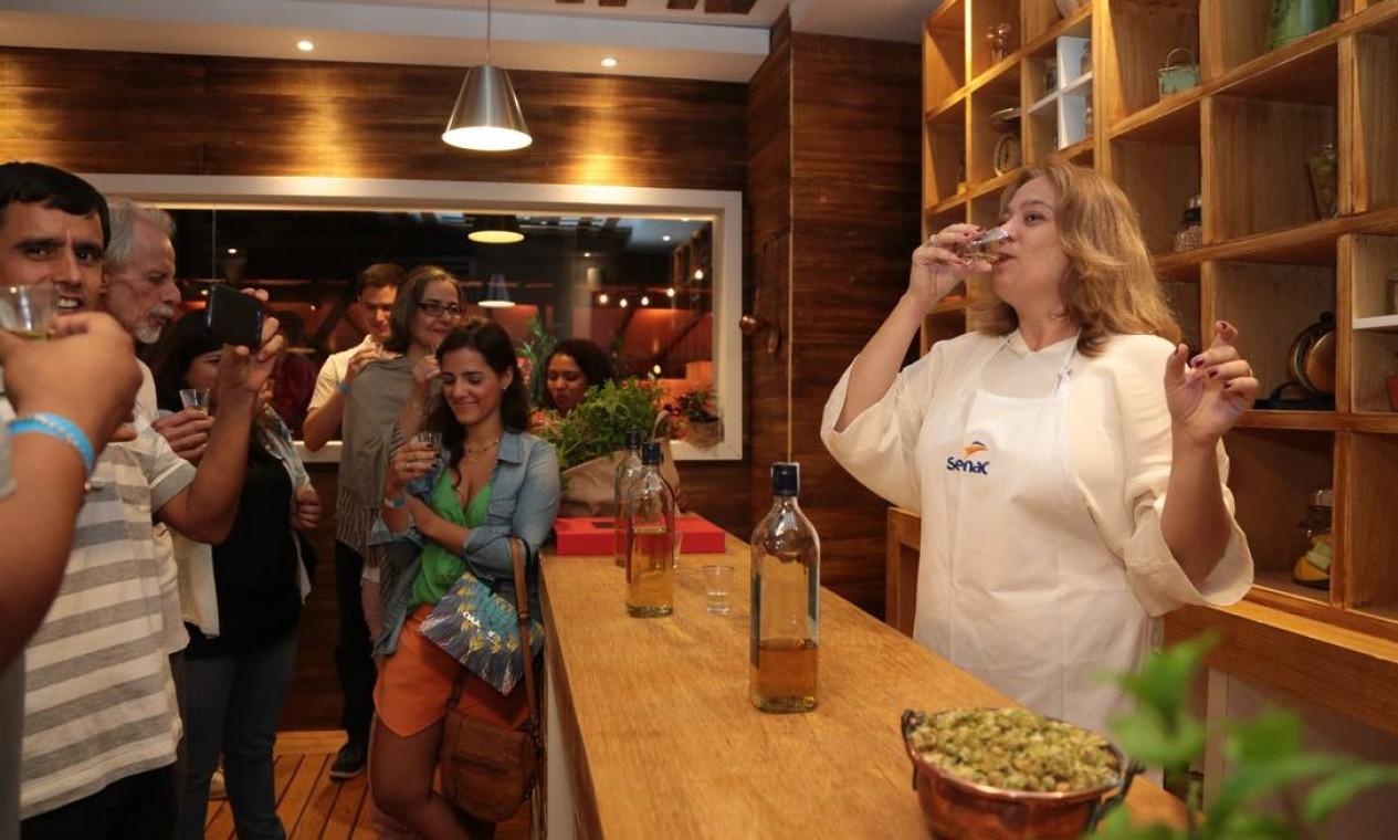As degustações fizeram sucesso, como a de cachaças com Cybeli Paolucci Foto: Cecilia Acioli / O Globo