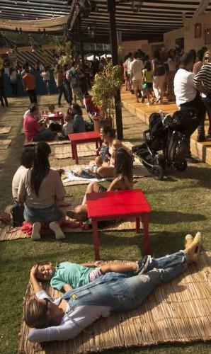 O público relaxou nas esteiras espalhadas pelo gramado Foto: Adriana Lorete / O Globo