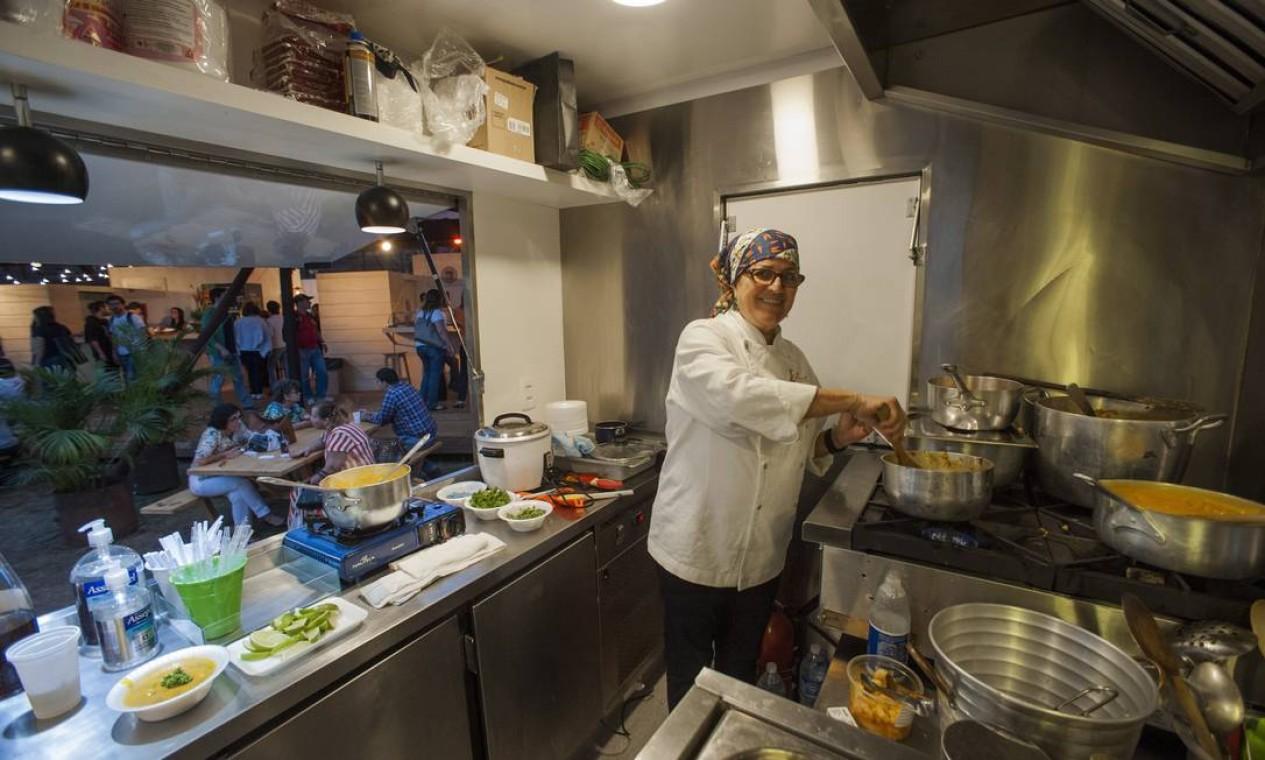 Isis Rangel comandava a produção do bobó de camarão em seu food truck Foto: Adriana Lorete / O Globo