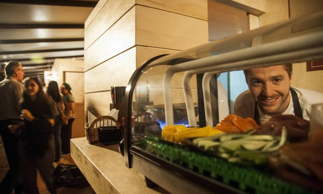 O chef Elie, do Ten kai, finalizava os pratos no quiosque Foto: Adriana Lorete / O Globo