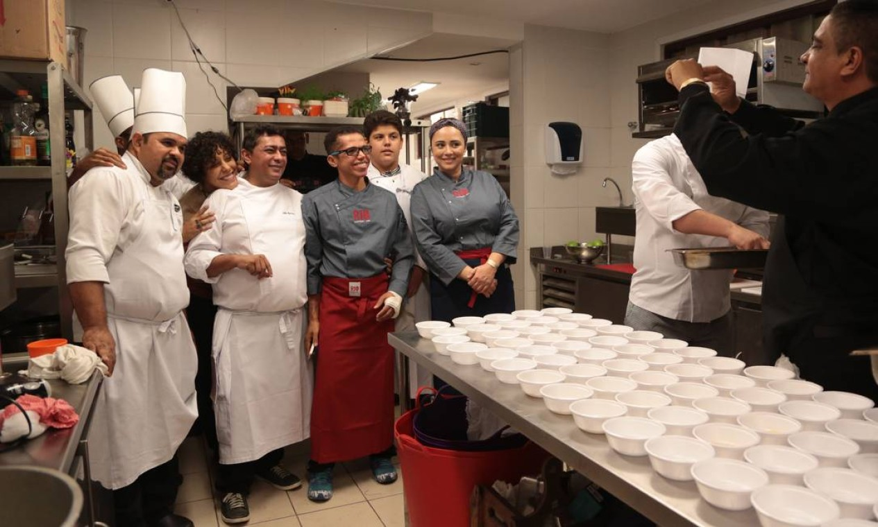 Os cozinheiros do auditório principal com Bianca Barbosa e Batista, assistente de Claude Troisgros Foto: Cecília Acioli / O Globo