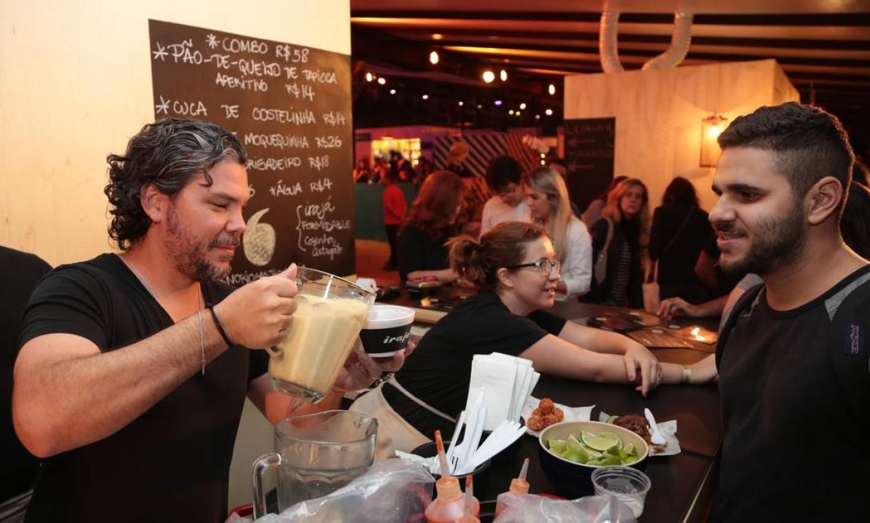 O chef Pedro de Artagão serviu os clientes no quiosque do Irajá Foto: Cecilia Acioli / O Globo