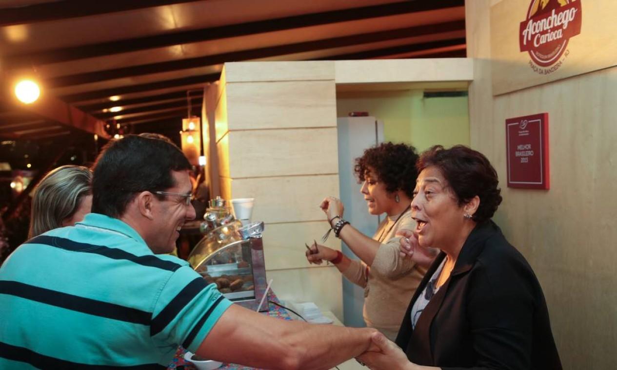 Kátia e Bianca Barbosa serviram bolinhos de feijoada na linha de frente do Aconchego Carioca Foto: Cecilia Acioli / O Globo