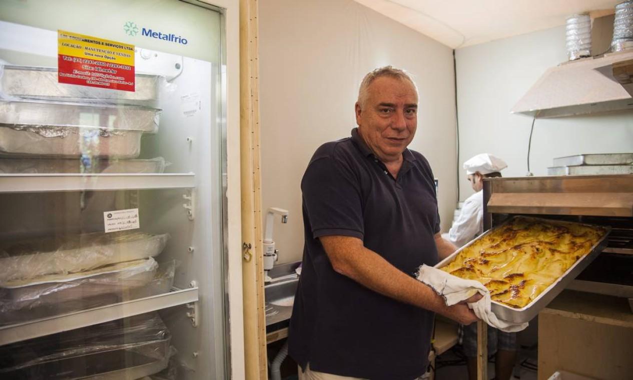 O italiano Alessandro Cucco cuidava das fornadas de lasanha da Osteria Dell Agnolo Foto: Adriana Lorete / O Globo