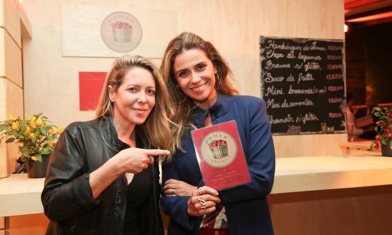 A chef Andrea Henrique contou com a ajuda da sócia Giovanna Antonelli no quiosque do Pomar Orgânico Foto: Cecilia Acioli / Agência O Globo