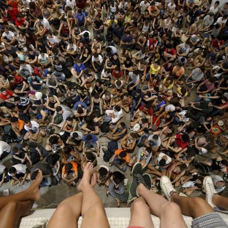 Reunião lotada. Em assembleia, alunos decidiram permanecer com a greve Foto: Domingos Peixoto / Agência O Globo