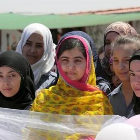 Malala em escola para meninas refugiadas sírias em Bekaa Valley, na Líbano Foto: Reuters
