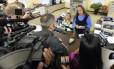 Kim Davis nega a emissão de licenças diante de uma das pessoas que faziam o pedido