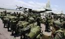 Soldados desembarcam de aeronave da Força Aérea venezuelana: país tem reforçado militarismo na fronteira Foto: George CASTELLANOS / AFP