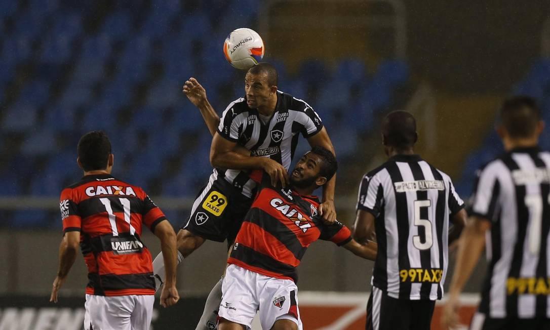 Roger Carvalho ganha a disputa no alto Alexandre Cassiano / Agência O Globo