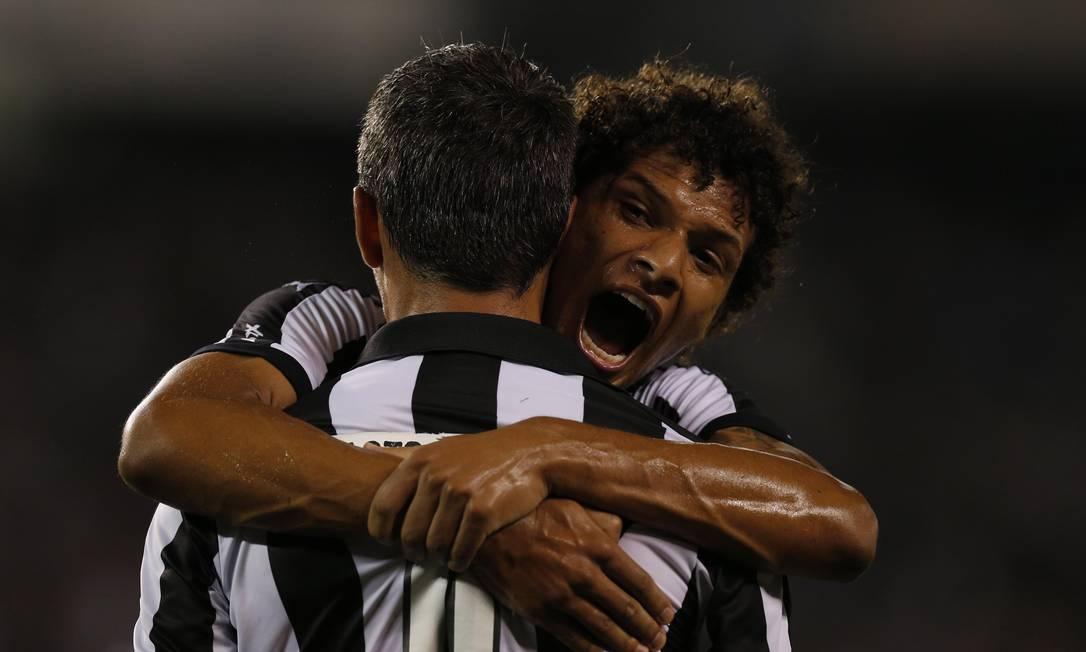William Arão abraça Navarro na noite de goleada alvinegra Alexandre Cassiano / Agência O Globo