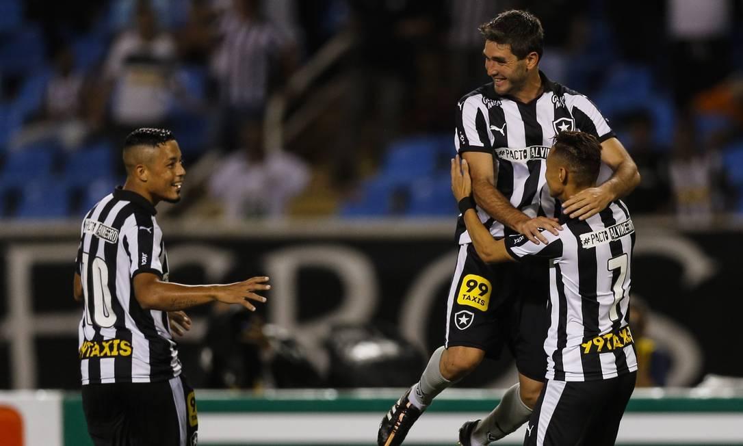 Observado por Tomas Bastos, Navarro abraça Neilton após um dos gols Alexandre Cassiano / Agência O Globo
