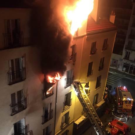 Bombeiros tentam conter chamas de incêndio em um prédio residencial no Norte de Paris Foto: NORMAN GRANDJEAN / AFP