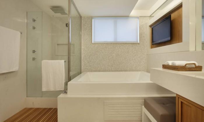 Banheiras voltam a ganhar espaço na decoração e viram as vedetes de projetos  -> Banheiro Com Chuveiro Na Banheira