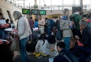 Passageiros retidos esperam na estação de trem Calais-Frethun, no norte da França, para atravessar para o Reino Unido, na madrugada de 2 de setembro de 2015 Foto: DENIS CHARLET / AFP