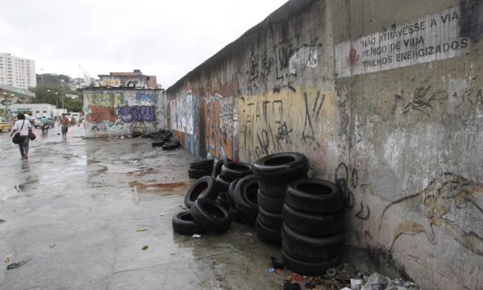 Pneus abandonados na Avenida Radial oeste Foto: Marcelo Carnaval / Agência O Globo